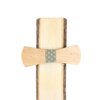 Gravata borboleta de madeira em um fundo branco