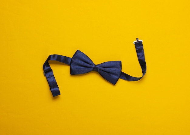 Gravata borboleta em papel amarelo