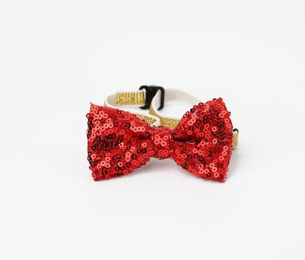 Gravata borboleta vermelha da moda com lantejoulas para o pescoço em um elástico, acessório em um fundo branco