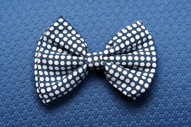 Gravata pontilhada em fundo azul