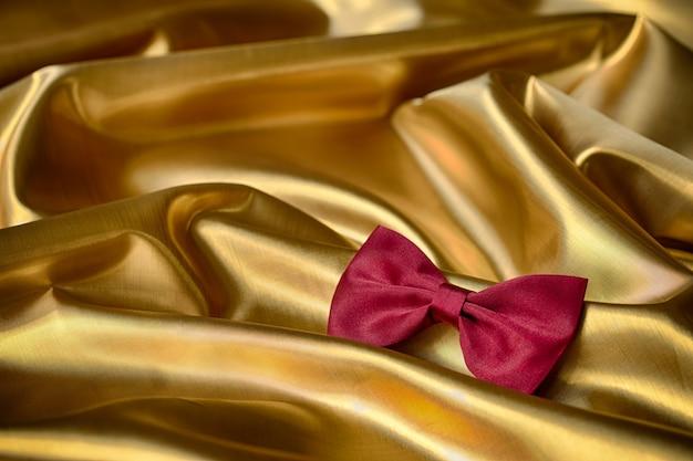 Gravata vermelha em fundo dourado