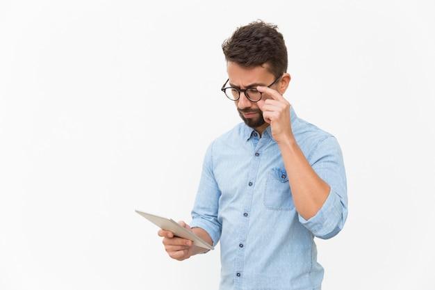 Grave conteúdo profissional de leitura focada no tablet