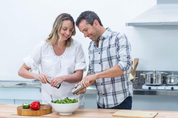 Grávida, par, preparar, salada, em, cozinha