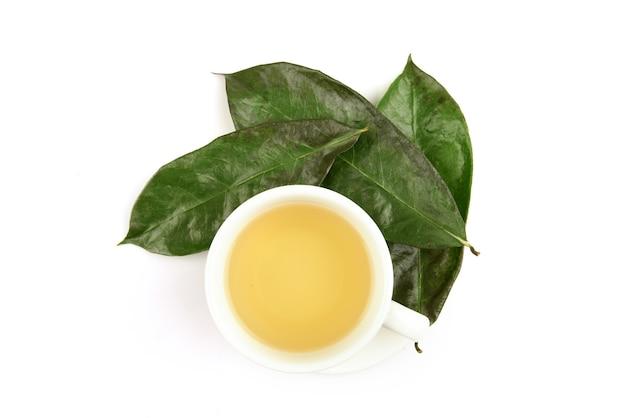 Graviola ou annona muricata folhas verdes secas e chá isolado no fundo branco.