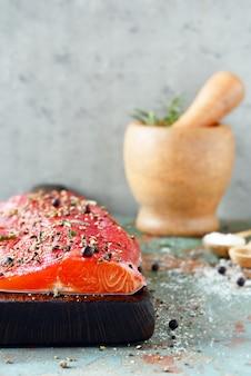 Gravlax, beterraba escandinava curado salmão temperado no quadro, vista superior, peixe vermelho salgado