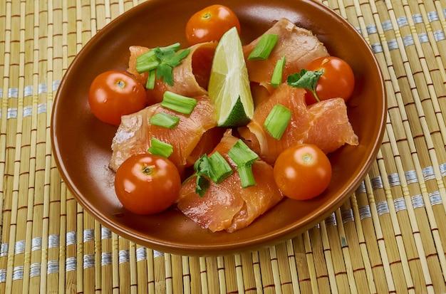 Gravlax - prato nórdico que consiste em salmão cru, curado em sal, açúcar e endro.