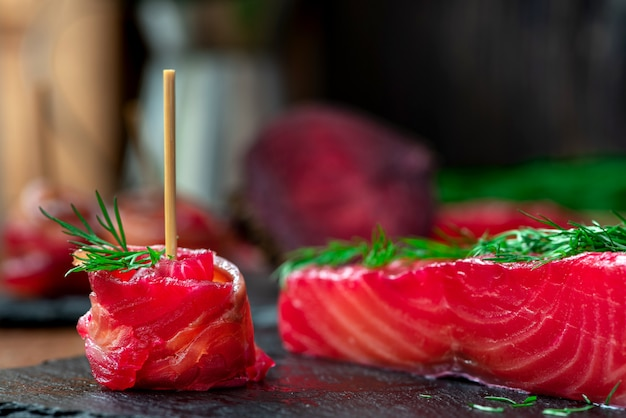 Gravlax, salmão escandinavo com beterraba e erva-doce