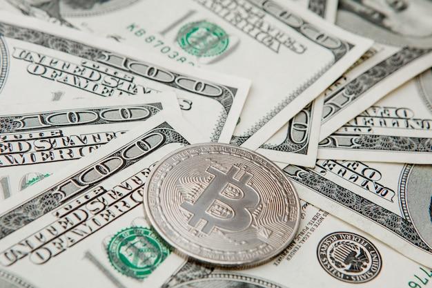Gray bitcoin em notas de dólar. conceito de troca de dinheiro eletrônico