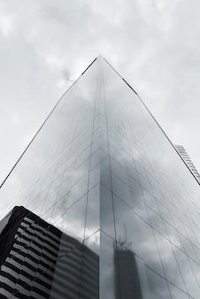 Grayscale reflexivo do edifício do baixo ângulo