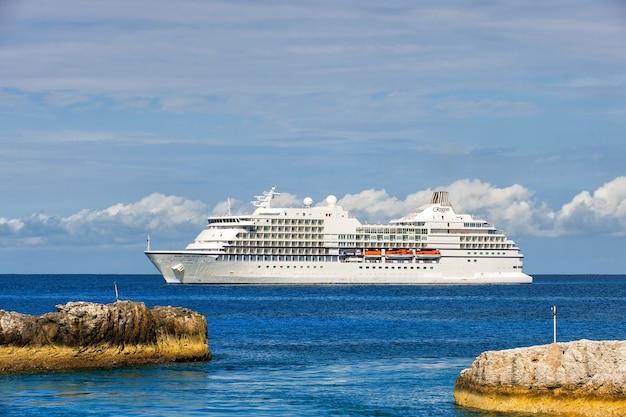 Great estribo cay, bahamas - 8 de janeiro de 2016: grande cruzeiro de luxo seven seas navigator ancorado no mar perto de great estribo cay, bahamas