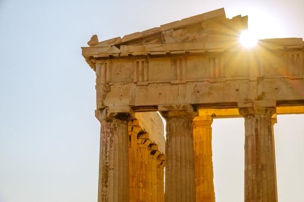 Grécia. atenas. parte da fachada do partenon e os raios de sol