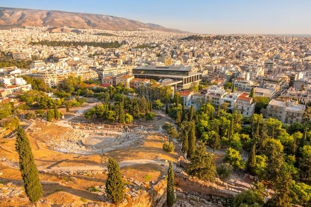 Grécia. atenas. teatro dionísio e os telhados da cidade. vista aérea