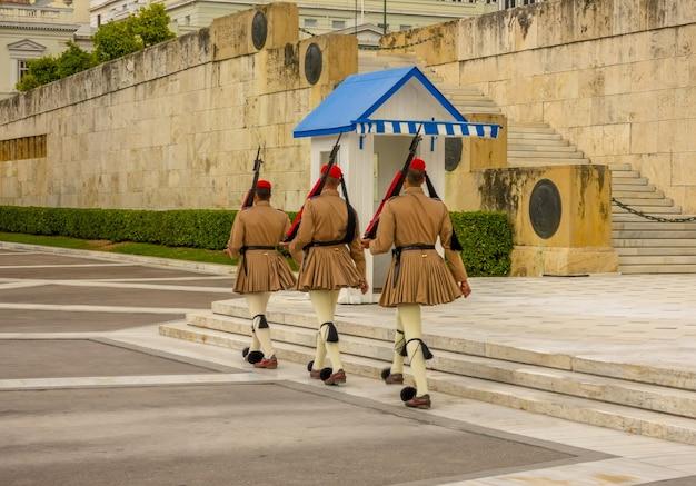 Grécia. atenas. túmulo de soldado desconhecido. mudança de guarda de honra