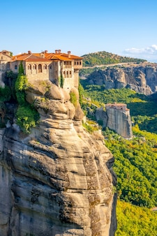 Grécia. dia ensolarado de verão em meteora. dois mosteiros em penhascos altos