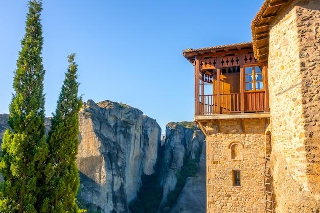 Grécia. dia ensolarado de verão em meteora. fragmento de construção de mosteiro com varanda e escada de corda