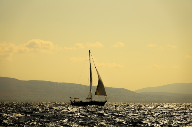Grécia. o iate está navegando ao longo do golfo de corinto. luz de fundo ensolarada brilhante