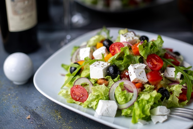 Grécia salada azeitonas fatiadas vinho tinto dentro de chapa branca