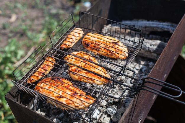 Grelha, churrasco, carne na grelha e brasas, cozinha, no ar, comunicação e legumes
