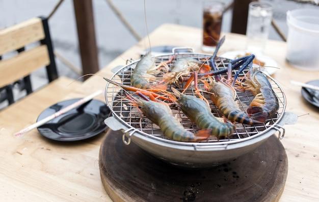 Grelha de camarão no churrasco de chacoal na mesa