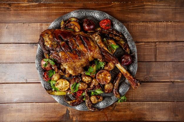 Grelha de frango com legumes na mesa