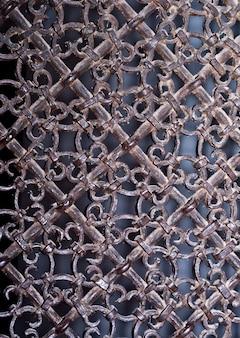 Grelha de metal vintage com padrões ornamentados