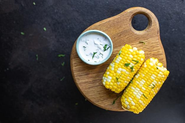 Grelha de milho espiga de milho grelhada refeição rápida lanche cópia espaço fundo vista superior rústica