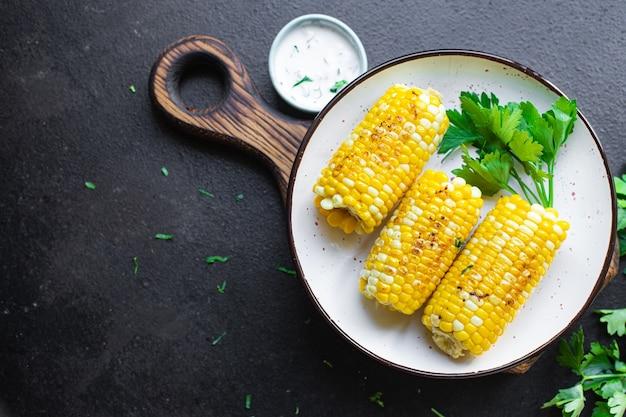 Grelha de milho espiga de milho grelhada refeição rápida lanche cópia espaço fundo vista superior rústica Foto Premium
