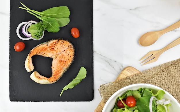 Grelha de salada de salmão no prato.
