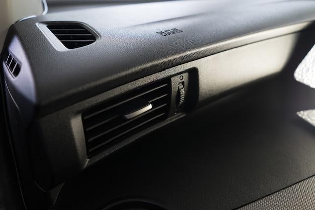 Grelha de ventilação de ar condicionado em um carro moderno