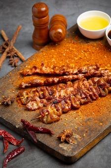 Grelhado misto com mala temperada, pimenta sichuan, especiarias chinesas.