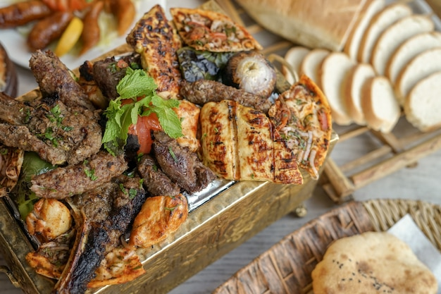 Grelhados misturados, kebab, peito grelhado, arays, comida do oriente médio
