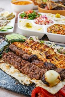 Grelhados variados, kebab, tikka, culinária egípcia, comida do oriente médio, mezza árabe, culinária árabe, comida árabe