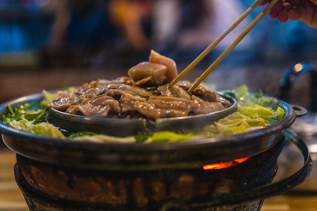 Grelhar a carne de porco em uma panela, comida tailandesa
