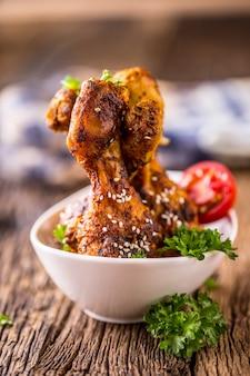 Grelhar as pernas de frango