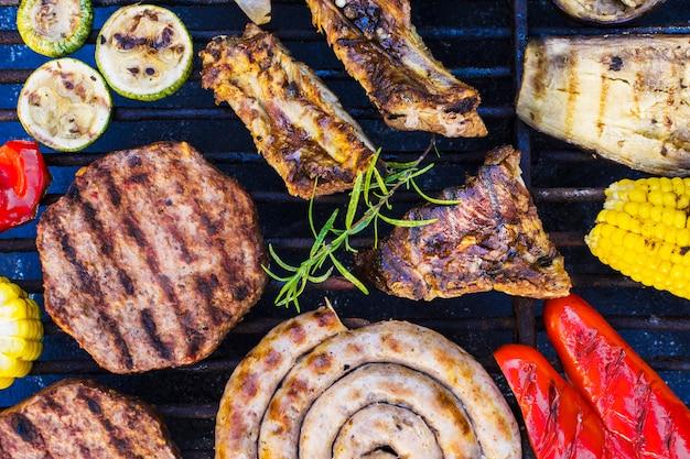 Grelhar carnes e legumes