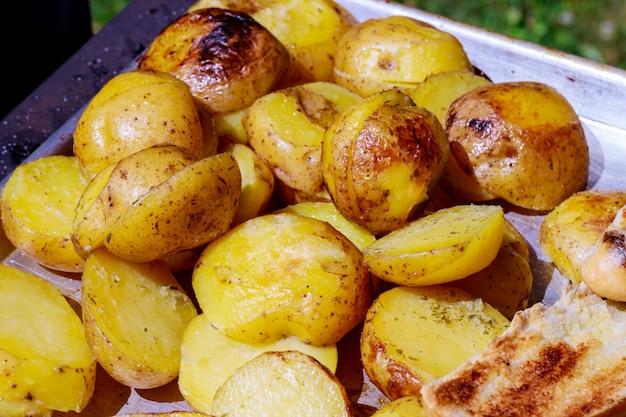 Grelhar churrasco de batata assada batata cortada ao meio coberto com