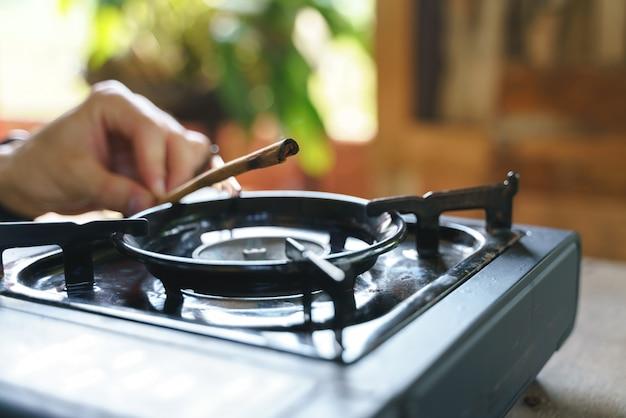 Grelhar pau de canela no fogão portátil