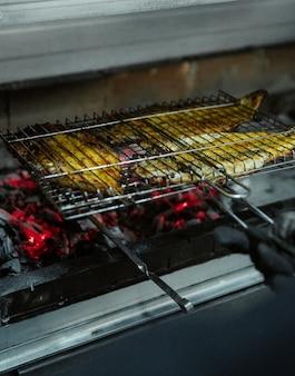 Grelhar tabacca de frango em um forno grande