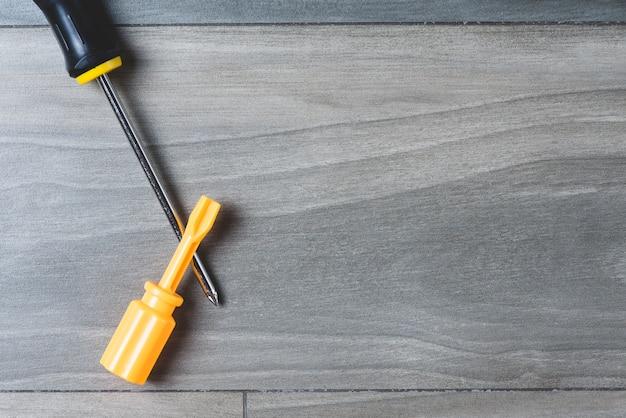 Grey superfície de madeira com duas chaves de fenda e espaço em branco