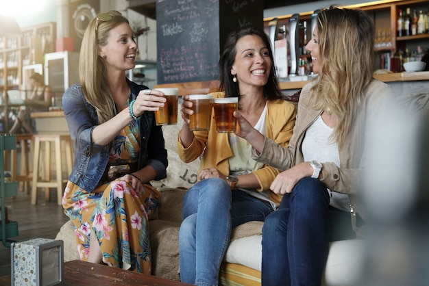 Grilfriends tomar uma bebida no salão de café