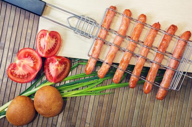 Grill-grelha para salsichas e tomate, pão, cebola