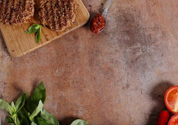 Grilleg carne e ingredientes para hambúrguer