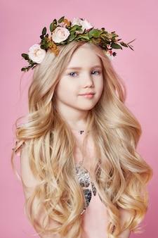 Grinalda de flores na cabeça. menina, posar, sorrindo, modelo
