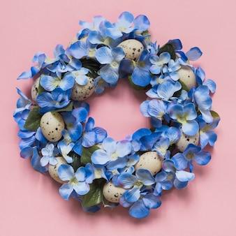 Grinalda feita de flores azuis e ovos