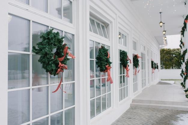 Grinaldas com laços nas janelas