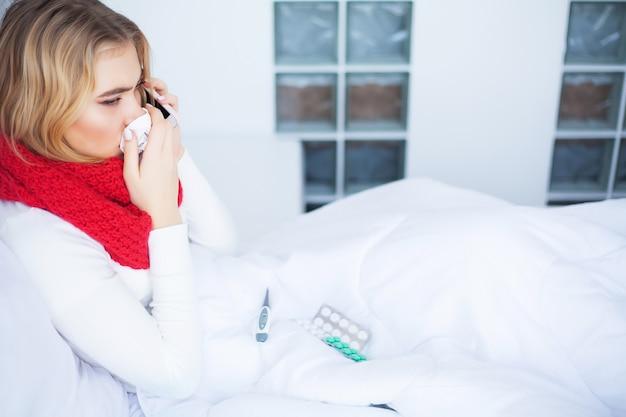 Gripe e mulher doente, mulher doente, usando tecido de papel, problema de cabeça fria