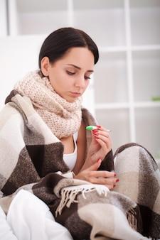 Gripe. jovem mulher com gripe resfriada, deitada na cama