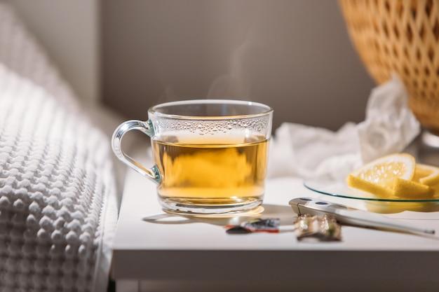 Gripe, temporada de gripe, conceito frio. close-up vista da xícara de chá verde quente
