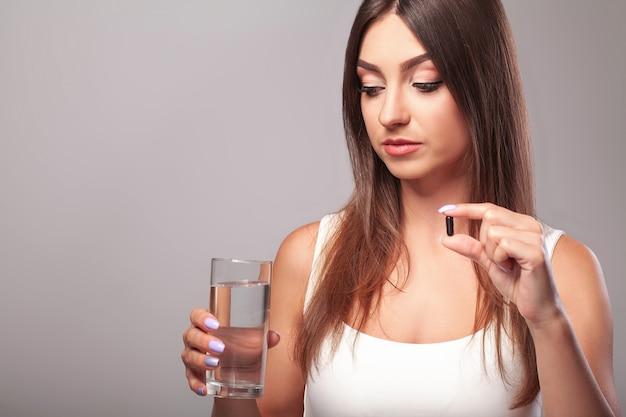 Gripes e resfriados. mulher segura, copo água, e, levando, cápsula