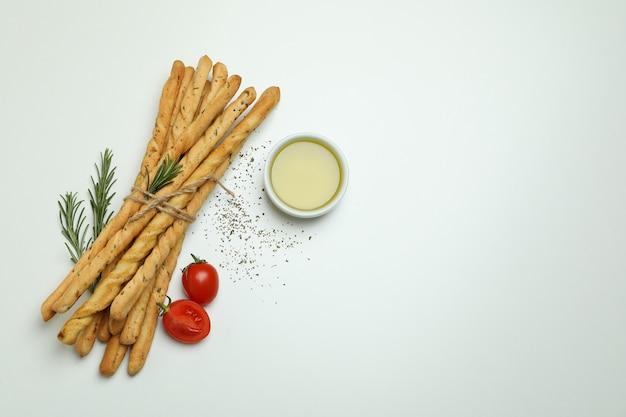 Grissini breadsticks com especiarias em fundo branco